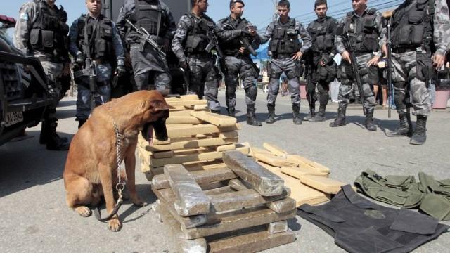 Apreensão de drogas durante operação na favela de Acari Foto: Bruno Gonzalez / EXTRA