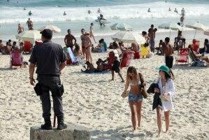 PM monitora banhistas na Praia de Ipanema Foto:  Maíra Coelho / Agência O Dia