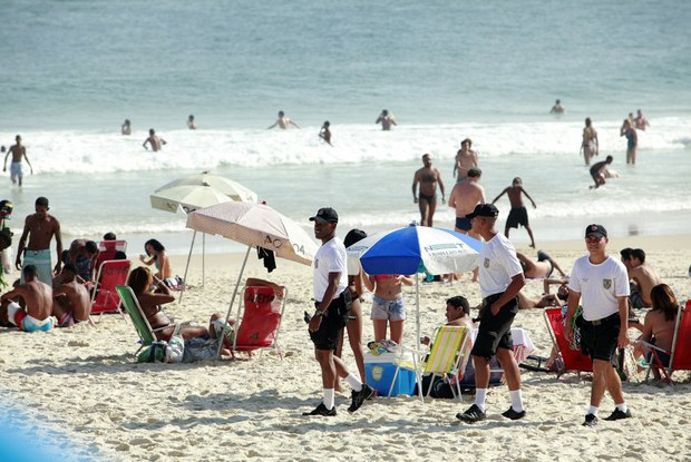 Policiamento reforçado na Praia de Ipanema não inibe assaltos nas areias Foto:  Maíra Coelho / Agência O Dia